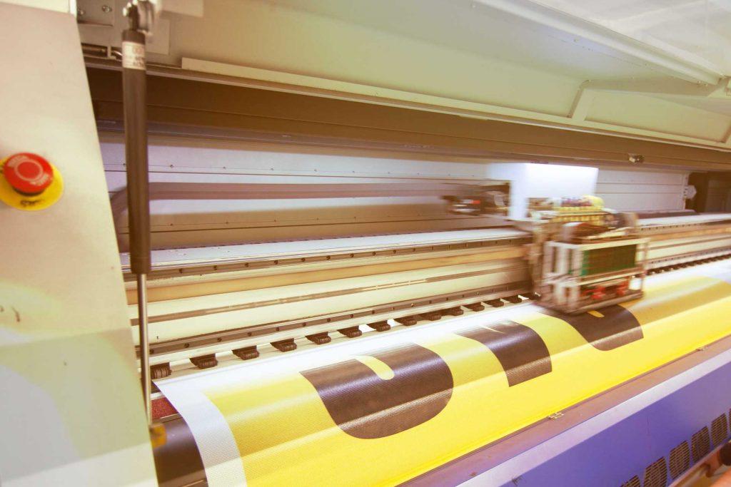PVC-Meshbanner-wird-gedruckt